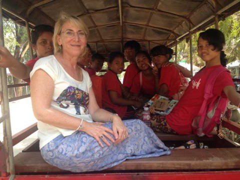 Sue-in-tuk-tuk-w-kids-50